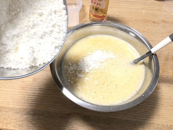 たこ焼き生地作り「小麦粉投入」
